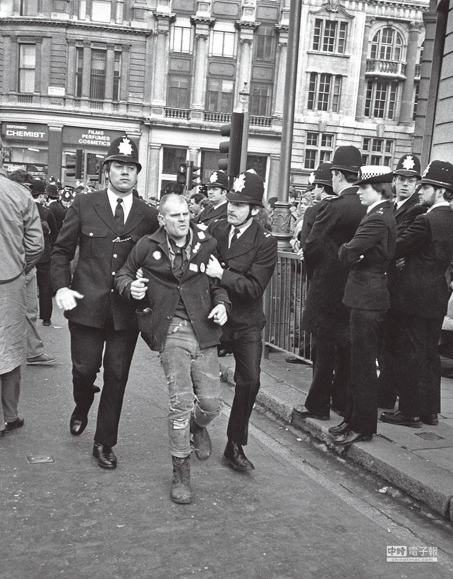 靴子除了是藍領階層的工作必備,同時也作為精神象徵在街頭與其並肩作戰;圖為1985年倫敦街頭的礦工抗爭。圖片提供各品牌