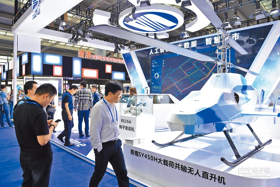11月14日,高交會在深圳會展中心啟幕。圖為賽為智能研製的大載荷共軸無人直升機。(中新社)