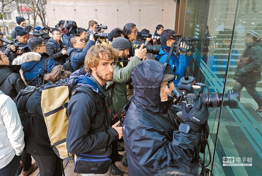 12月11日,加拿大法院批准孟晚舟的保釋申請,圖為媒體在法院外等候。(新華社)
