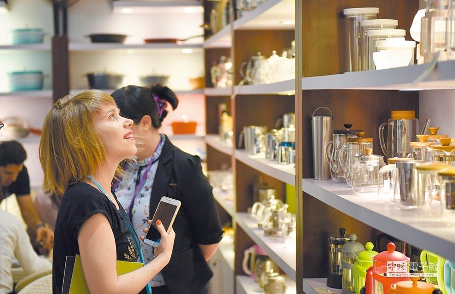 《外商投資法草案》出爐,為陸擴大開放扎根。圖為4月23日,外商在廣交會展館參觀選購工藝品。(新華社)