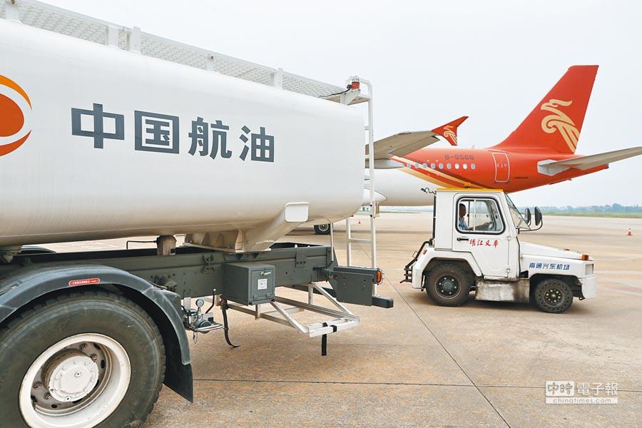中航油誤信高盛建議造成虧損。圖為在江蘇南通興東國際機場的中航油加油車。(CFP)