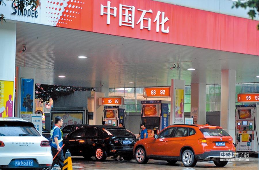 中石化遭高盛忽悠苦吞虧損。圖為車輛在福州一中石化加油站加油。(中新社資料照片)