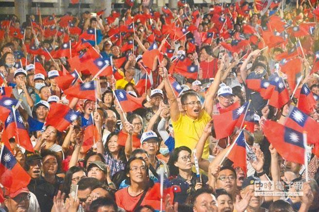 韓國瑜鳳山造勢會場,群眾揮舞國旗,表達對韓國瑜的支持。(資料照片)