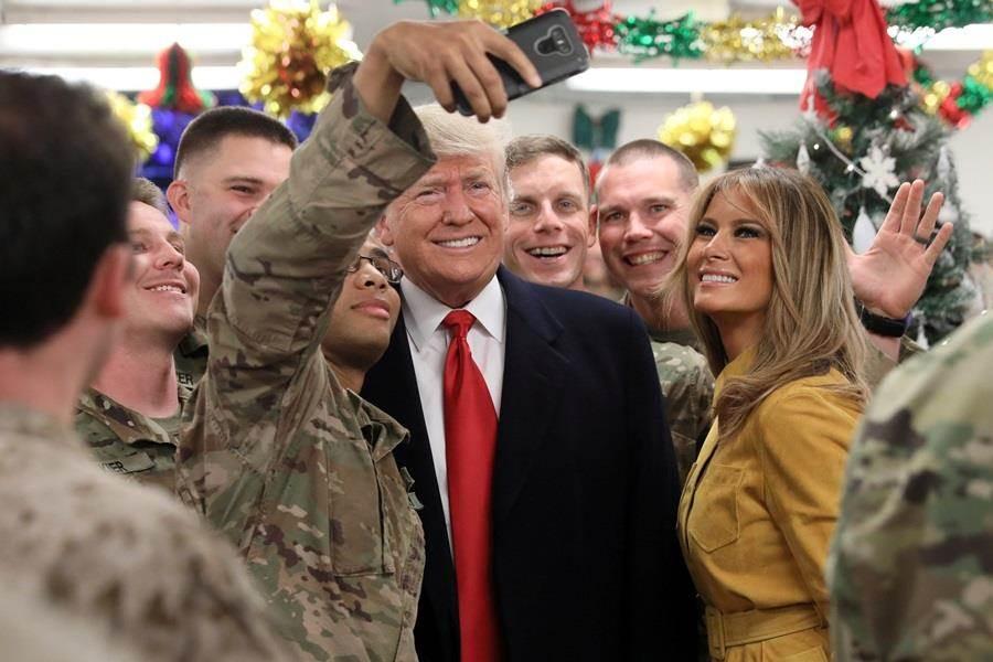 美國共和黨參議員30日透露,川普有意暫緩自敘利亞撤軍,據悉川普上周赴伊拉克視察,讓他了解到ISIS並未完全被殲滅,圖為川普26日赴伊拉克美軍基地時的照片。(圖/路透社)