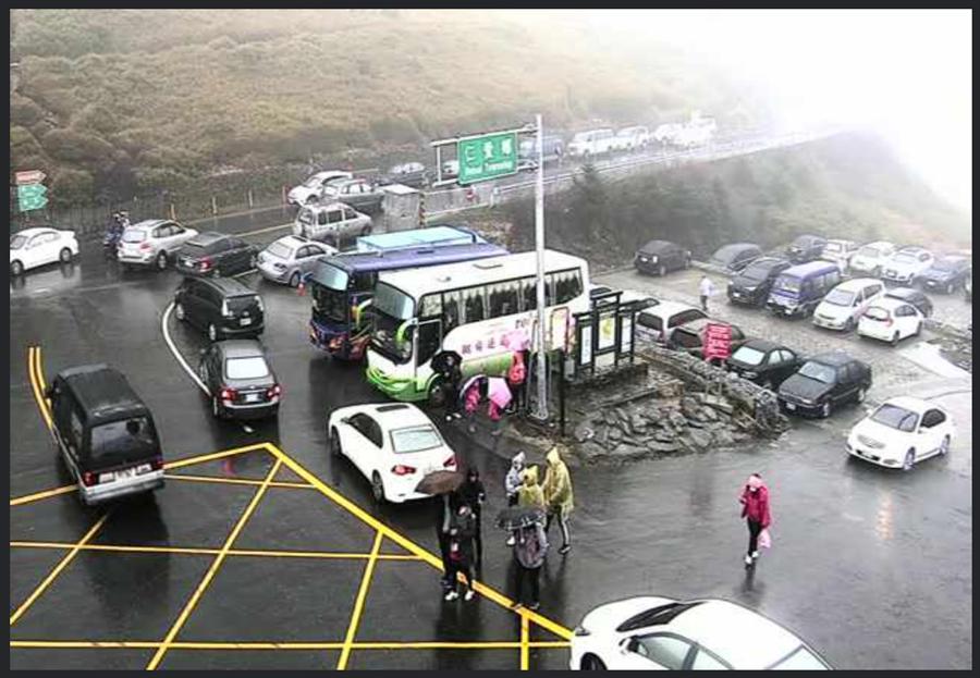合歡山遲遲不下雪,但仍有大批遊客開車上山要賞雪,車龍不斷。(圖/摘自合歡山即時影像)