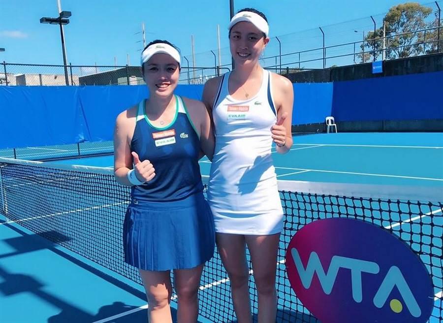 詹詠然(左)、詹皓晴(右)睽違9個多月再度合作女雙,在布里斯本網球賽女雙第一輪獲勝。(詹詠然提供)