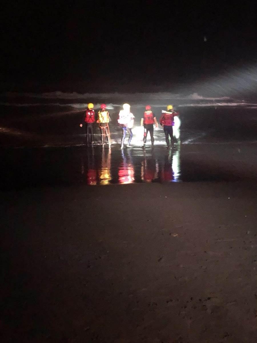 宜蘭壯圍海邊今晚有1名男子捕鰻苗時,發生落海意外,消防局等單位派員搜救中。(宜蘭縣消防局提供)