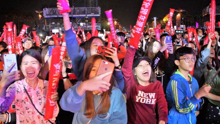 「高雄2019愛‧Sharing高雄夢時代跨年派對」31日在高雄時代大道登場,藝人接力登台演唱,台下群眾嗨翻天,準備開心迎接新年到來。(中央社)