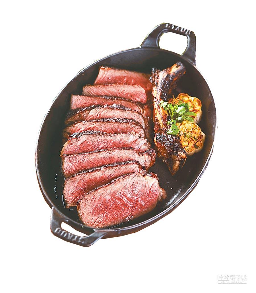 新光三越「教父牛排」美國帶骨肋眼乾式熟成牛排禮盒,使用德製Dry-Aged熟成放箱乾式熟成,7200元。(新光三越提供)