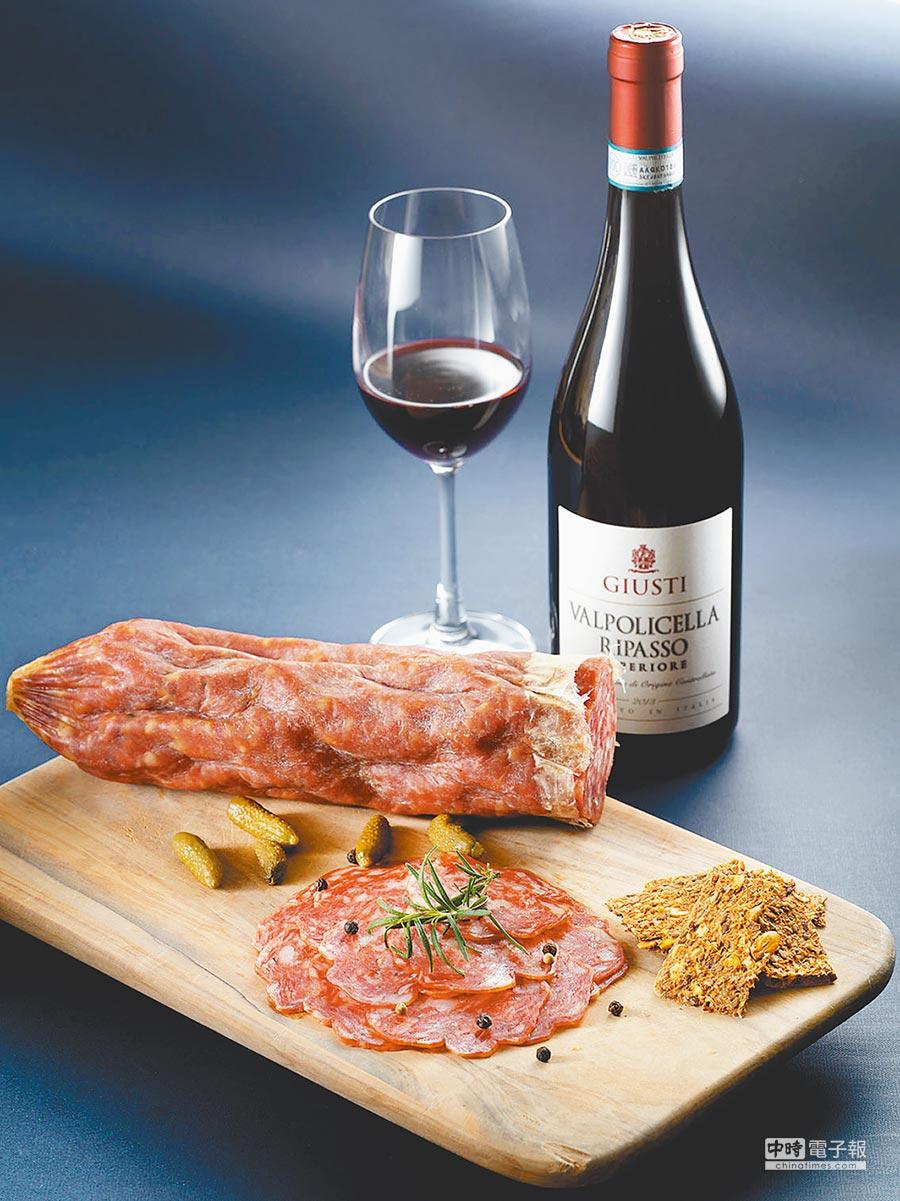 微風超市義大利拿坡里臘腸禮盒,有義大利拿坡里臘腸1.5kg+義大利Giusti紅酒風乾酒粕,4680元。(微風提供)(飲酒過量有礙健康)