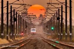 夕陽落軌美照爆紅 台鐵司機卻痛批攝影:影響行車安全