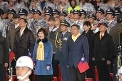 同台出席總統府前升旗 蔡柯互動受關注