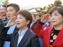 盧秀燕打破慣例 站在人群中唱國歌、升旗