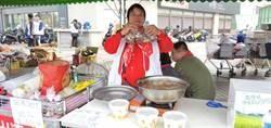 阿滿姨冷風中挖野生蛤蠣、煮羊肉爐 義賣助家扶貧童
