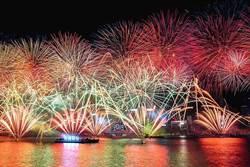 香港維港煙火吸34萬人!牡丹、紫羅蘭「花」樣秀繽紛