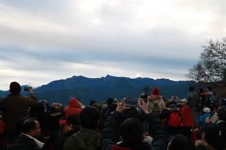 影》不畏9度低溫!遊客聚集阿里山迎日出 太陽嬌羞露臉10秒