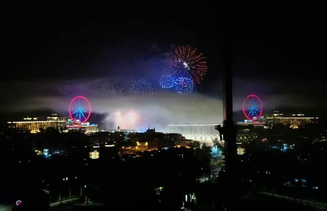 迎接2019年,高雄義大世界推出長達999秒的3D藝術跨年煙火秀,陪伴民眾邁向璀璨的一年。(高雄義守大學提供)中央社記者程啟峰高雄傳真 108年1月1日