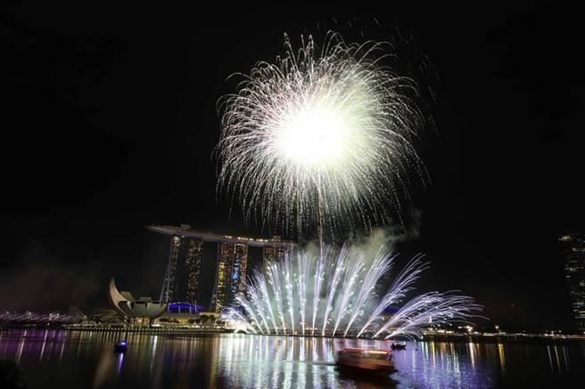 新加坡濱海灣區慶祝跨年,不僅在倒數聲中送走2018年,隨即施放的精彩煙火秀也迎接2019年到來,現場氣氛超嗨。中央社記者黃自強新加坡攝 108年1月1日