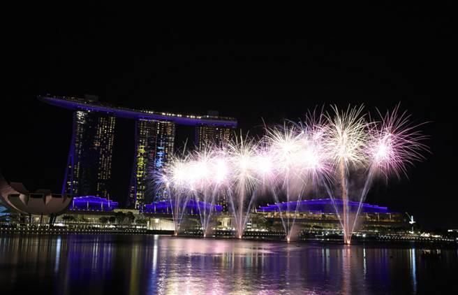新加坡濱海灣區慶祝跨年,精彩煙火秀也迎接2019年到來,現場氣氛超嗨。中央社記者黃自強新加坡攝 108年1月1日