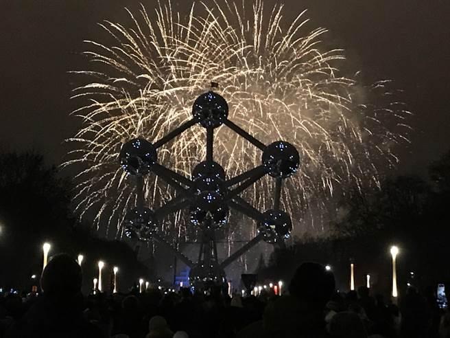 比利時首都布魯塞31日跨年以絢麗煙火秀迎接2019年,煙火與原子塔融合,閃耀了歐洲政治首都的夜空。中央社記者唐佩君布魯塞爾攝  108年1月1日