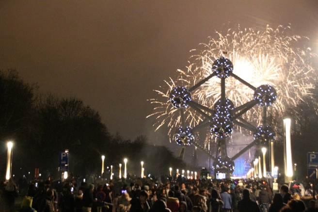 迎接2019年,比利時首都布魯塞舉辦大型跨年煙火秀,數萬人齊聚原子塔欣賞美麗煙火。中央社記者唐佩君布魯塞爾攝  108年1月1日