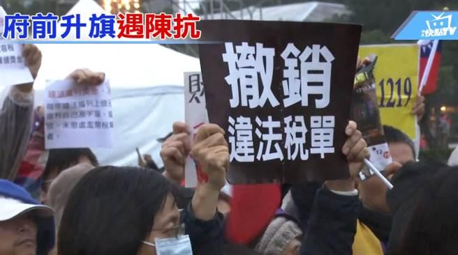 抗議民眾與便衣警察爆發肢體衝突後,隨即被維安人員制止。(圖/中天新聞)