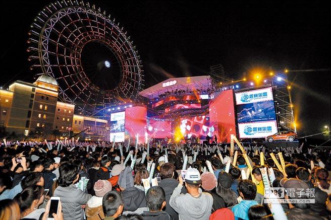 2019依舊幸福花現台中跨年晚會,在麗寶樂園摩天輪燈光秀中歡欣迎接2019年。(黃國峰攝)