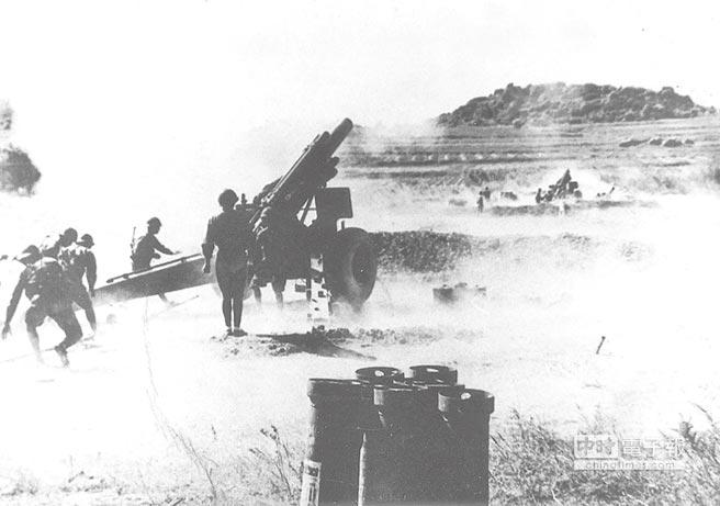 金門八二三炮戰期間國軍炮兵在沒有掩護的尚義機場反擊共軍。(本報系資料照片)