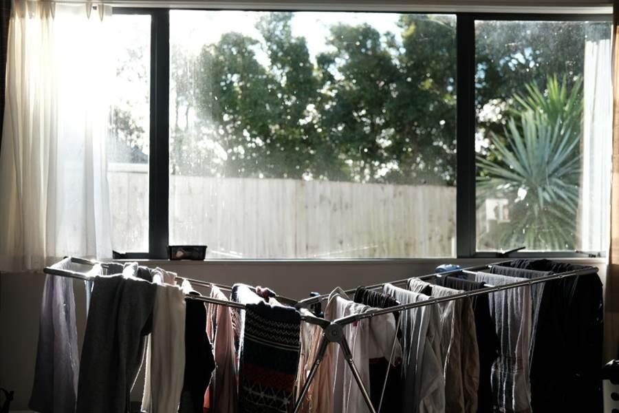 連日下雨潮濕衣服曬室內 醫:危險!吸入黴菌成宿主。(圖/達志影像)