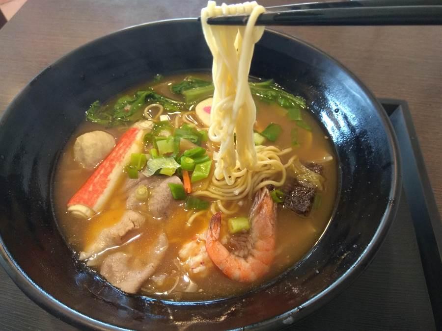 「鑫東城」韓式泡菜拉麵,內有豐富的時蔬、肉類、海鮮配料。(劉秀芬攝)
