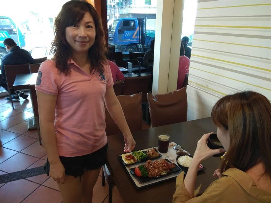 「鑫東城」老闆李敏燕說,泡菜拉麵口味是依當地客人喜好調整。(劉秀芬攝)