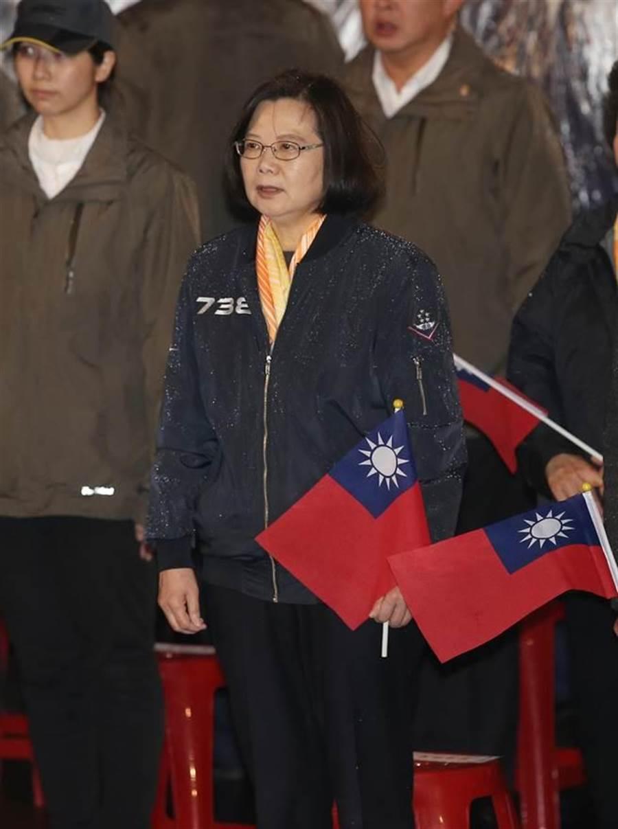 蔡英文總統1日出席總統府前元旦升旗典禮。(台北市攝影記者聯誼會提供)