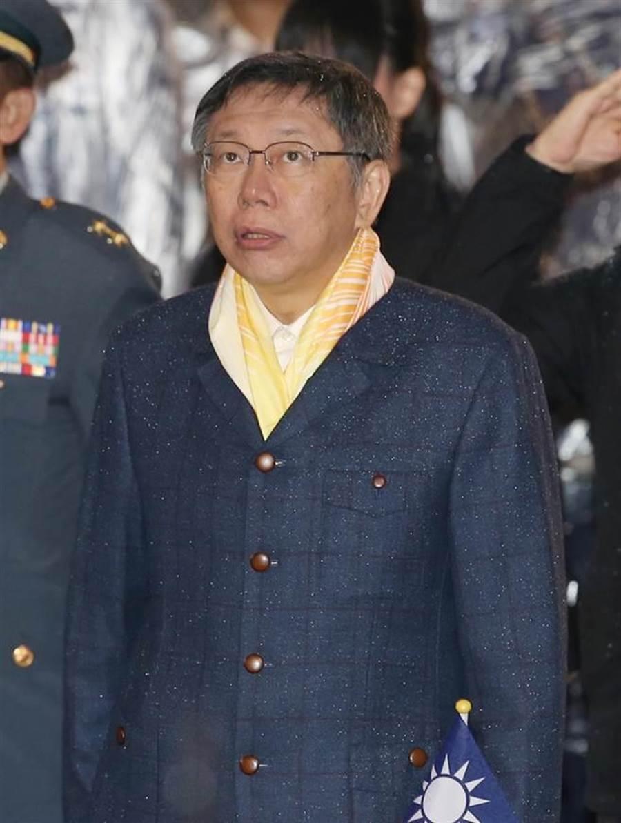 台北市長柯文哲出席總統府前元日升旗典禮。(台北市攝影記者聯誼會提供)