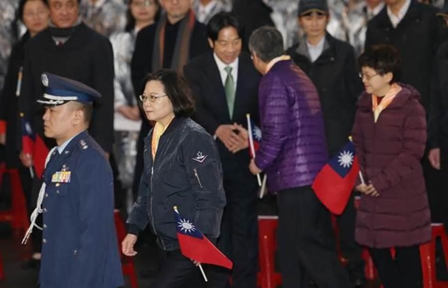 蔡英文總統1日出席總統府前元旦升旗典禮,結束後離開時未再與賴清德握手。(台北市攝影記者聯誼會提供)