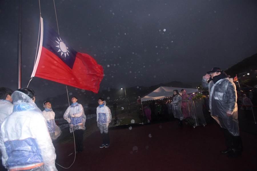 低溫風雨來襲,基隆市長林右昌仍照慣例,今(1)日清晨在海科館潮境公園舉行元旦升旗典禮。(基隆市政府提供)