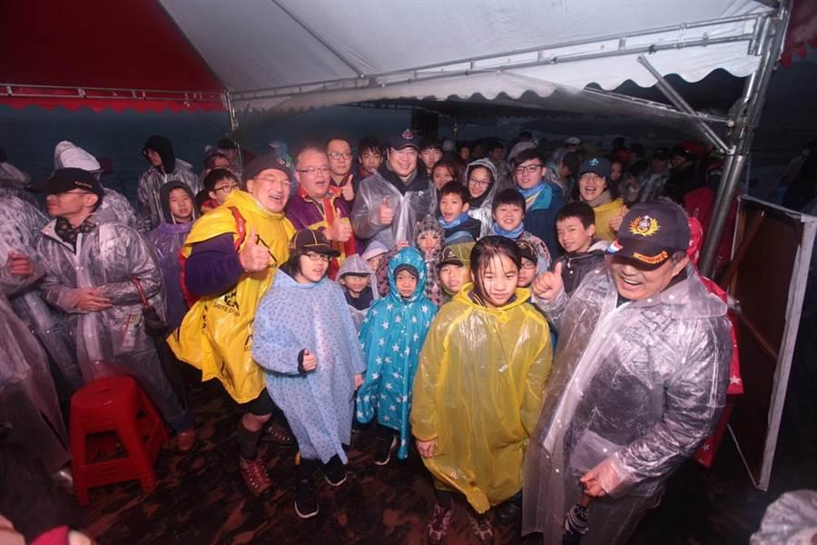 受低溫風雨的影響,參與基隆潮境公園元旦升旗的人數雖銳減,但仍不減在場民眾的熱情。(基隆市政府提供)