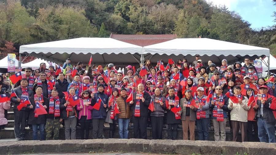 300多位熱情民眾手拿國旗唱國歌,參加海拔2000公尺的梨山升旗典禮。(陳淑娥翻攝)