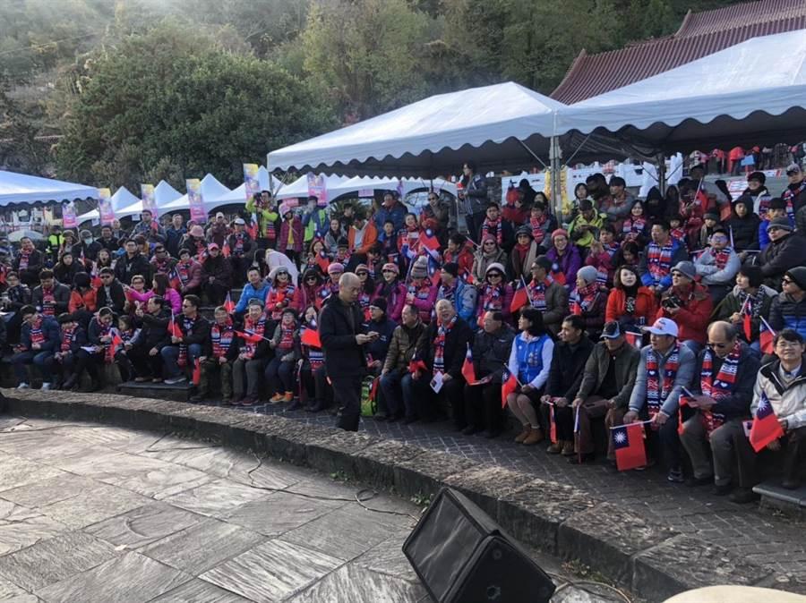 全台海拔最高的升旗典禮在梨山,300多位熱情民眾上山迎曙光。(陳淑娥翻攝)