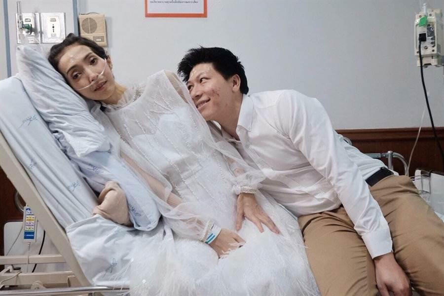 兩人在親朋好友及醫護人員協助下完成婚禮(圖/翻攝自臉書/TuaKook Kook Kitjaroenchai)