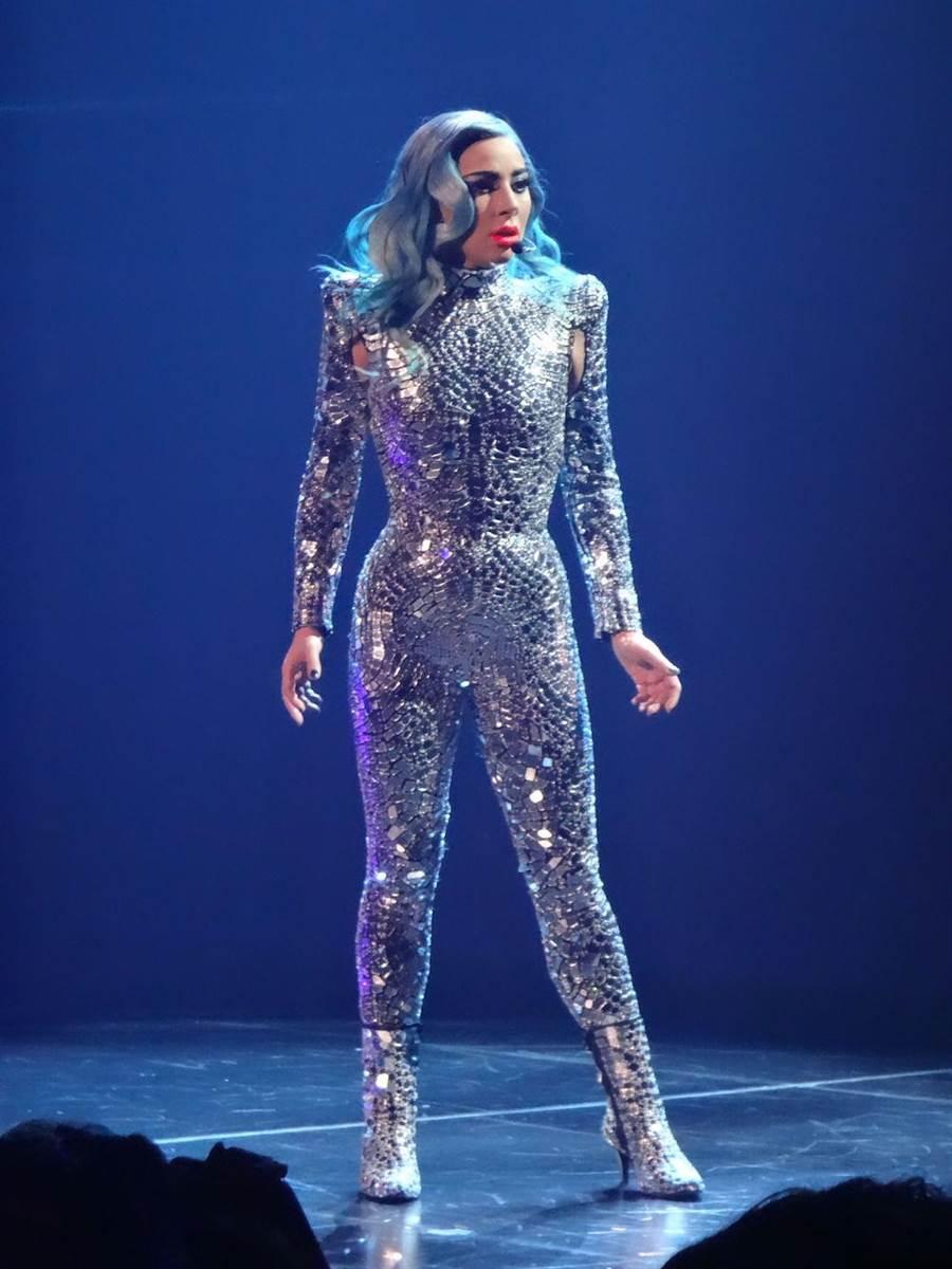 女神卡卡在拉斯維加斯的演唱會上,以Tom Ford銀色馬賽克連身衣揭開序幕,連身衣以2014年春季系列為靈感重新特製。(CFP)
