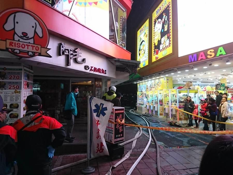 西門町武昌街的一家美甲舖傍晚吐火舌,逛街民眾驚慌走避。(謝明俊攝)