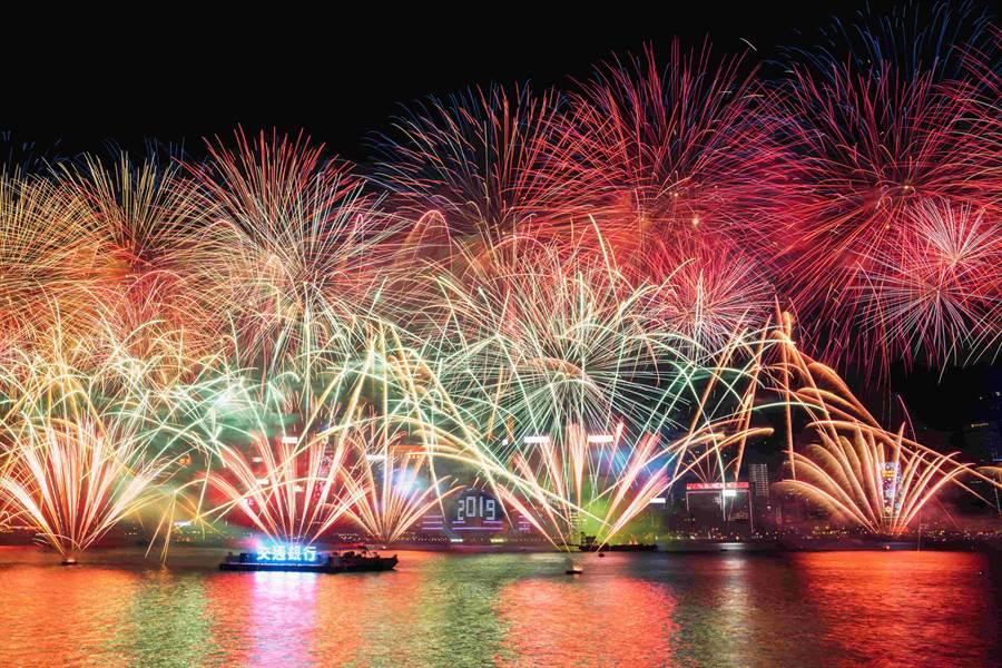 香港維多利亞港有世界3大夜景美稱,這次跨年夜更施放長達600秒的煙火秀。(香港旅遊局提供)