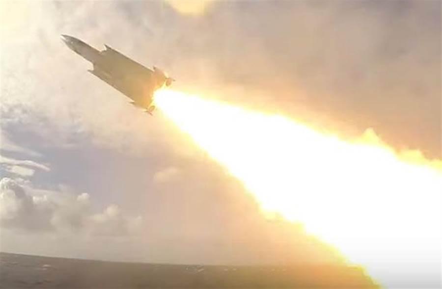 海軍沱江艦發射雄風三型超音速反艦飛彈的實況。(翻攝海軍《TOWARD 2019》形象短片)