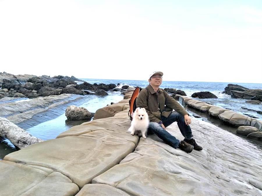 與你同行,真好!梨山賓館副總經理林閔政愛護寵物「小究桑」,帶給全家喜樂。(圖/小博美愛七逃粉絲專頁提供)