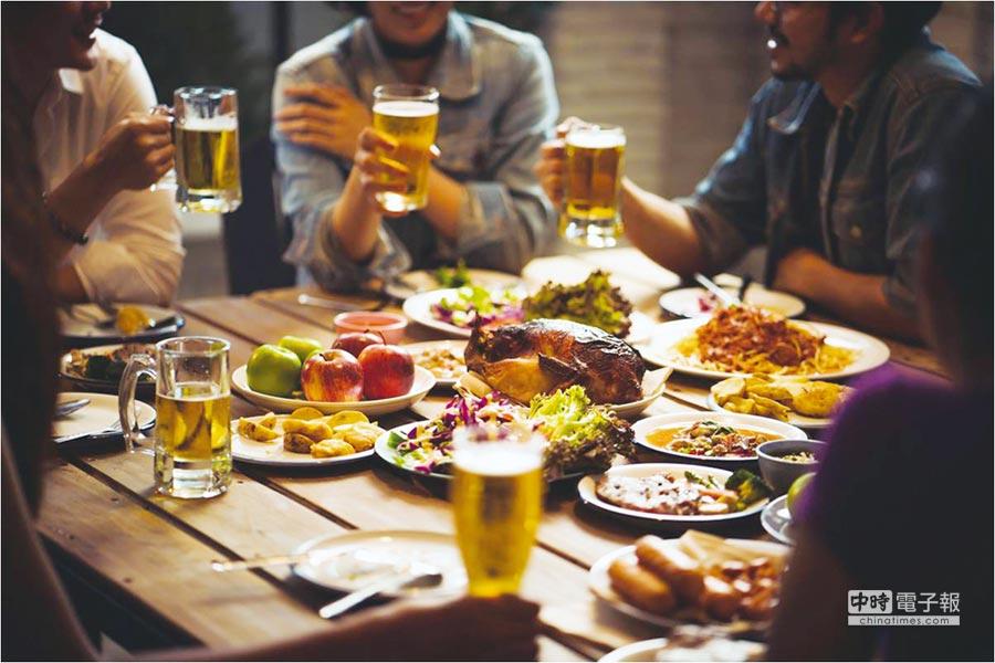 年終與三五好友聚首,大吃大喝無形中攝取了過多熱量,要特別注意這個時節的健康管理。圖/業者提供