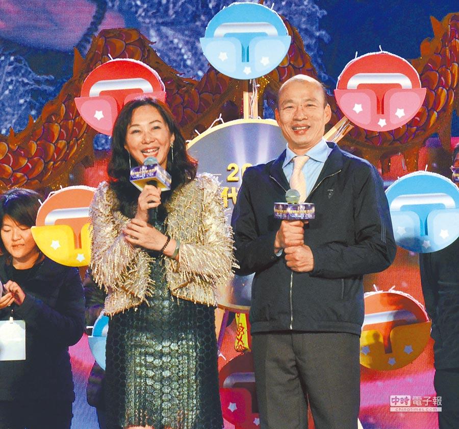 高雄市長韓國瑜、李佳芬伉儷出席「2019愛-Sharing 高雄夢時代跨年派對」,與民眾同樂。(林瑞益攝)