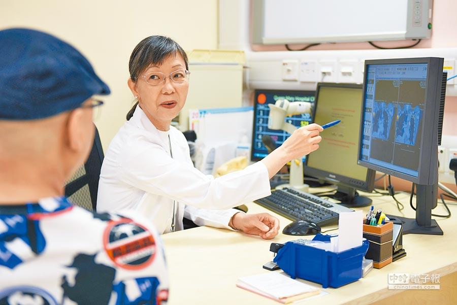 因需和當地民眾接觸,不少醫科要求學生廣東話需流利。圖為香港大學瑪麗醫院,一名醫師在給病患講解掃描影像。(新華社資料照片)