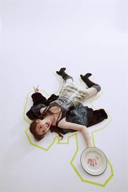 安心亞耍ㄎㄧㄤ 躺地裝死玩烏龜
