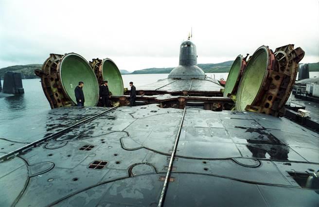 颱風級潛艦與張開的飛彈發射管,與艦員相比較,就可知道這艦潛艦有多麼巨大。(圖/網路)