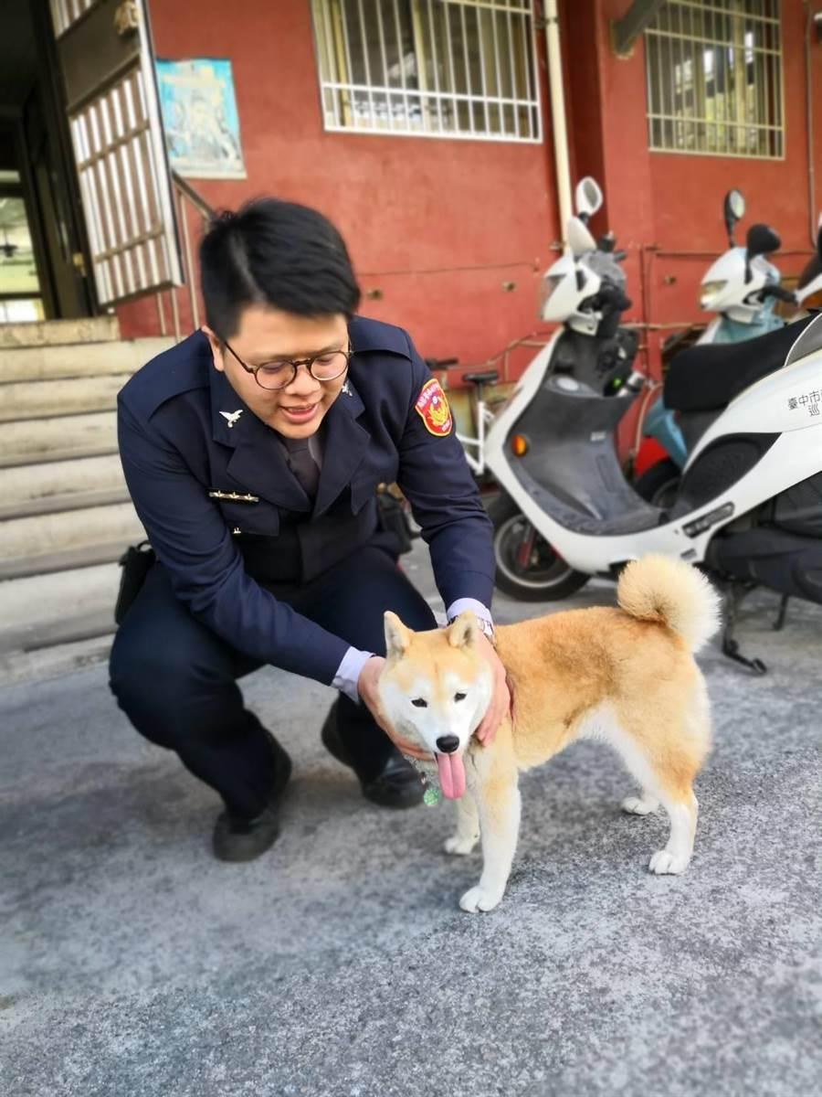 經太平警分局太平派出所警員協助終於幫阿奇找到飼主。(馮惠宜翻攝)